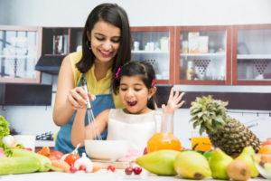 mengajarkan anak memasak