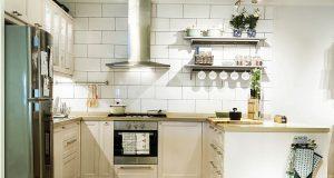 membersihkan peralatan dapur